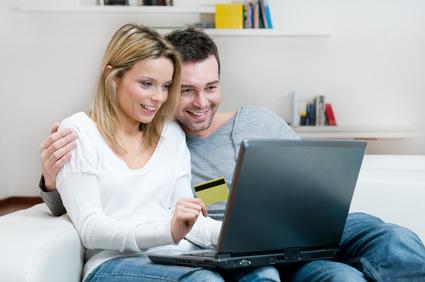 Couple achetant sur internet