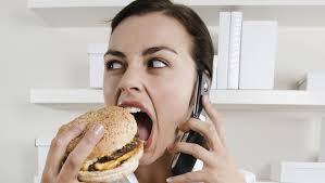 femme mangeant burger